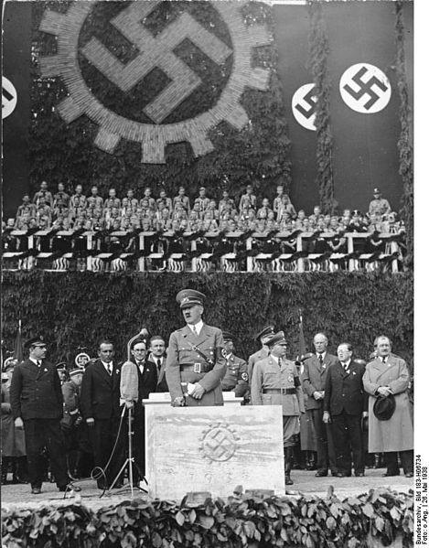 469px-Bundesarchiv_Bild_183-H06734,_Grundsteinlegung_für_Werk_des_KdF-Wagens.jpg